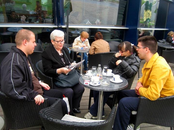 Korisnici poludnevnog u kafiću na kavi
